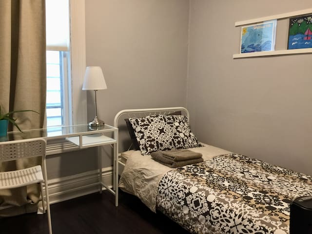 Modern Cozy 1BD at Kensington Market Toronto