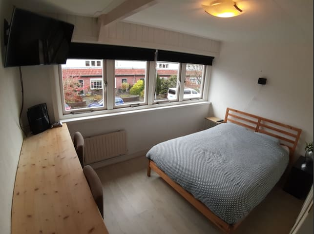Room near station 20min to Amsterdam + bikes