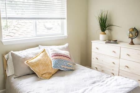 Comfortable Quarters Private Room & Bath - Lake Oswego - Townhouse