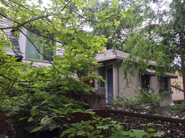 Old Woodlake carriage house /garage - Sacramento - Apartament