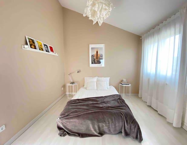 Chambre n°3 : lit 140 cm, penderie et salle de bain privée