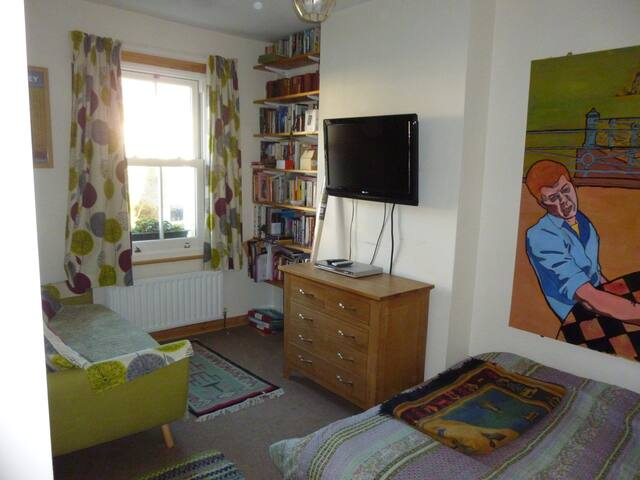 Comfortable double bedroom  with  shared bathroom - Oxford