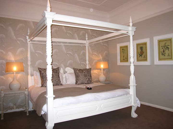 Four Poster Luxury Suite in Boutique Guesthouse