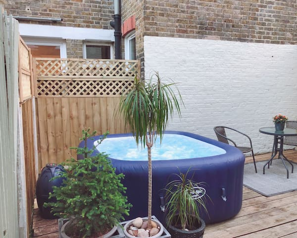Garden Flat with private hot tub by the river