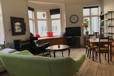 Spacious & cozy living room in the heart of Århus - 阿爾路斯