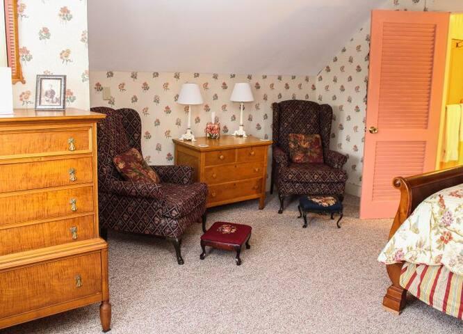 Nutmeg Inn Bed & Breakfast Teaberry Room