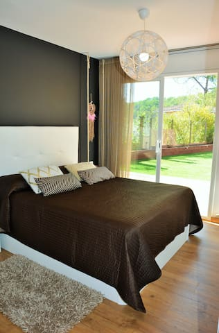 Villa Sitges Maria: Suite 1 with bed 200 * 200. With bathroom and wardrobes. Direct access to garden and pool.