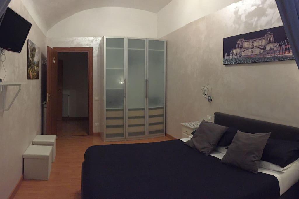 In questa foto potete osservare la camera da letto ideale per due ospiti con la possibilità di aggiungere un terzo letto. Wifi Free, colazione Inclusa, Tv Led digital.