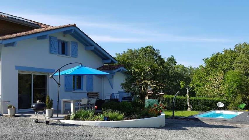 Chambre avec entrée indépendante, piscine chauffée - Urrugne - House