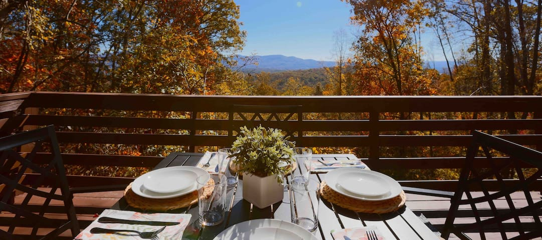 Dining el fresco is the only way to go! Good thing the views inside the Cozy Cottage are just as good... so the choice is yours! :)