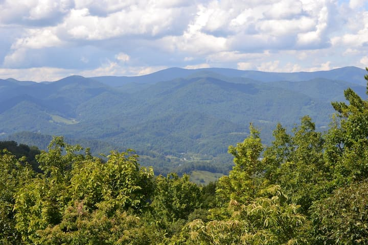 NEW to AirBnB! Enjoy great mountain views in Mountain Air, Burnsville, NC!