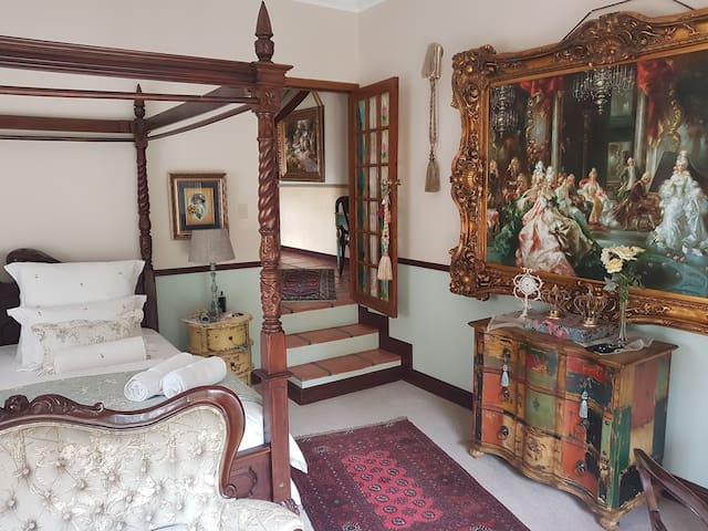 La Vie en Rose: Luxury private bedroom & bathroom.