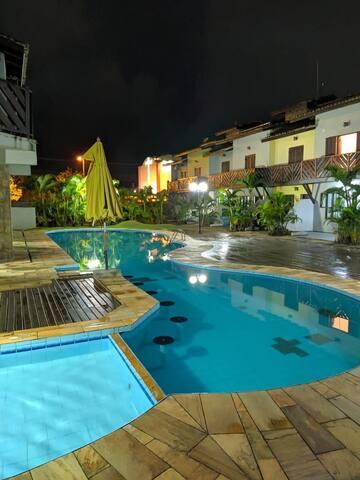 Casa em condomínio com piscina, próximo a praia