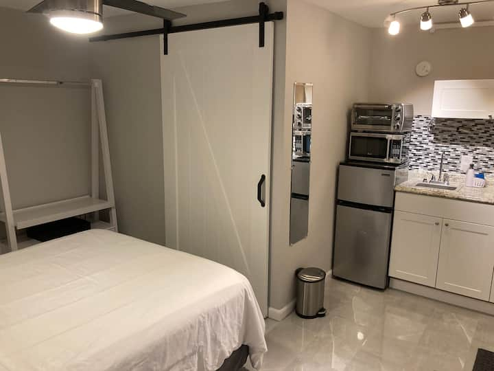New Private cottage, Walking distance to Brickell