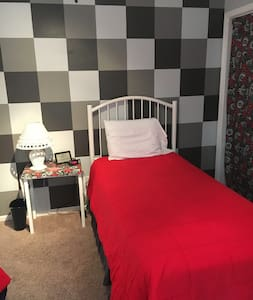 Twin Bedroom-Black & White & Red - Elkhart - Casa