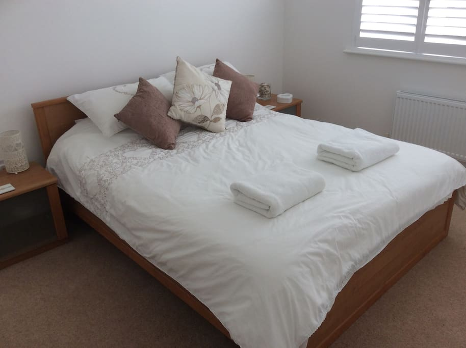 Comfortable, king size mattress. Clean and fresh, bedding and towels.