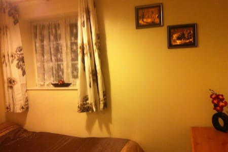 Single room in a clean and tidy home - Romford - Rumah