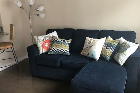 Available couch in gated complex - San Antonio - Appartement