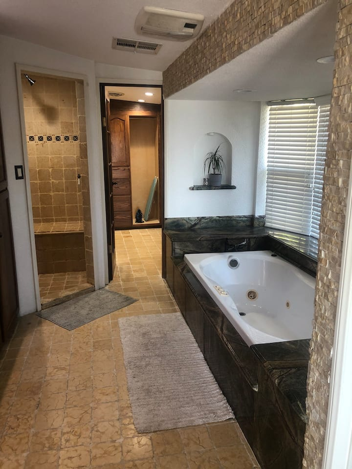 ROMANTIC AND SPACIOUS JACUZZI SUITE!