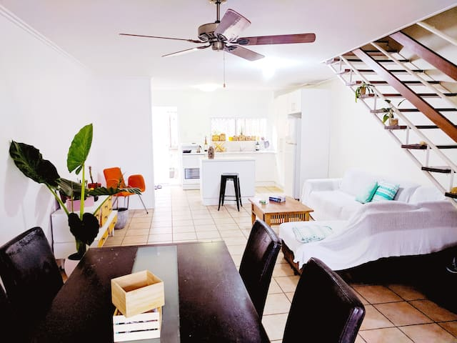 Eco-friendly spacious house 2-min walk to beach