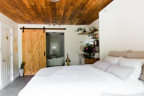 Beautiful Suite in Deep Cove - Clawfoot Tub