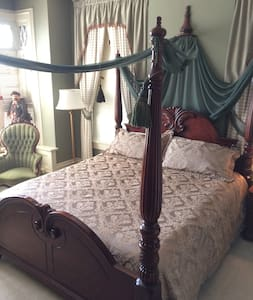 Eisenhower Room - Tuck U Inn at Glick Mansion Bed & Breakfast