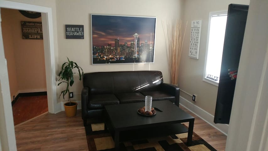 One bedroom unit w/kitchen & bath. - Tacoma - Wohnung