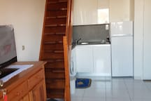 La nouvelle cuisine complètement équipée (un four multifonction sera posé sur le réfrigérateur)