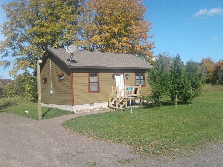 Cozy 2 BR home- Right on the snowmobile trails!