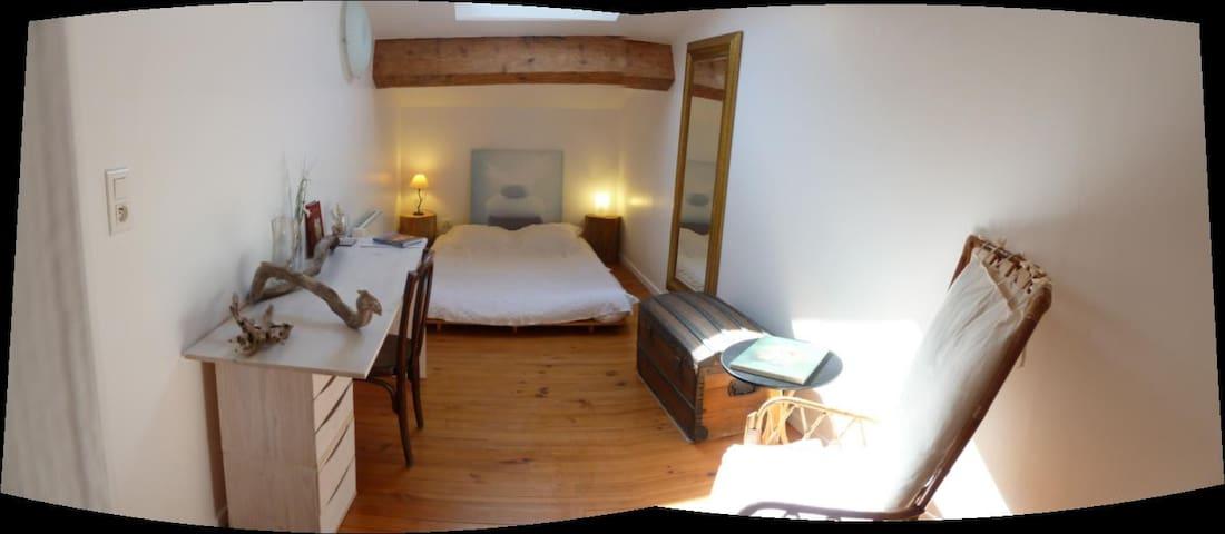 Chambre dans vaste grange rénovée à 20mn de la mer - Servian - Hus