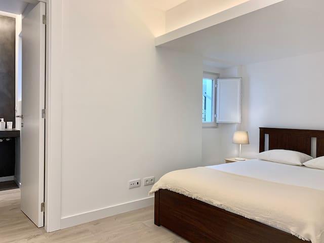 Suite 1 / Room with bathroom / Quarto com casa de banho