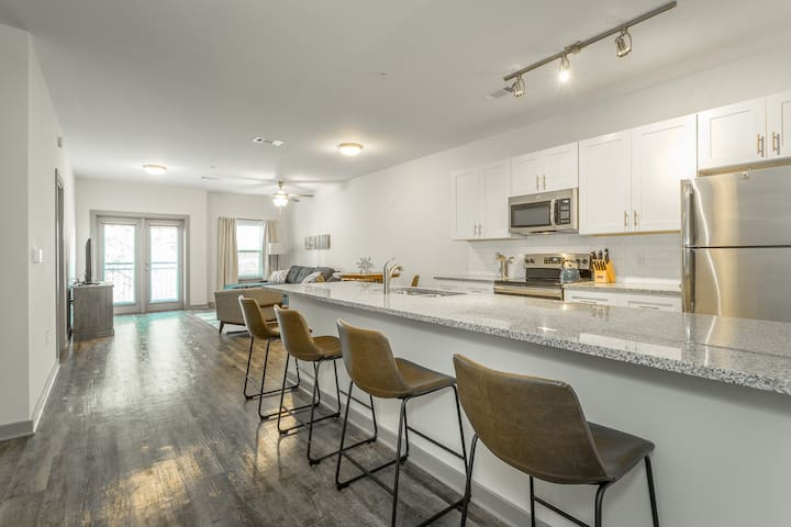 401~Chic 2BR/2BA Downtown Condo w CABLE TV&Balcony