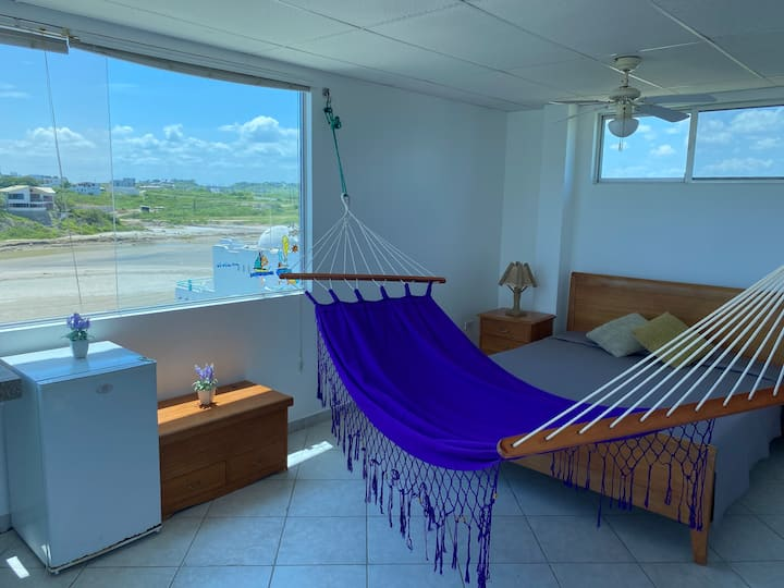 Casa con balcón vista al mar y playa semi privada