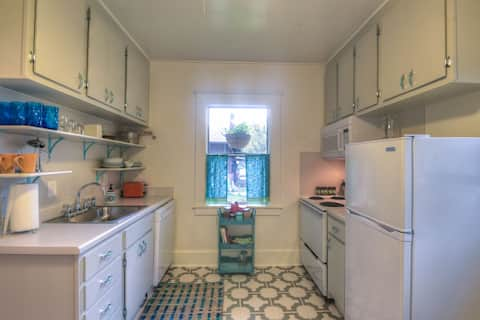 Super Clean Midtown Cottage - Long Term Discounts!