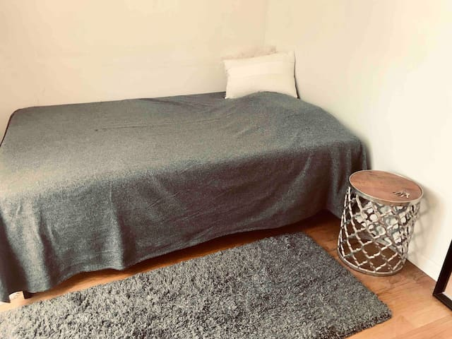 Private room w balcony NYC near LGA JFK Manhattan