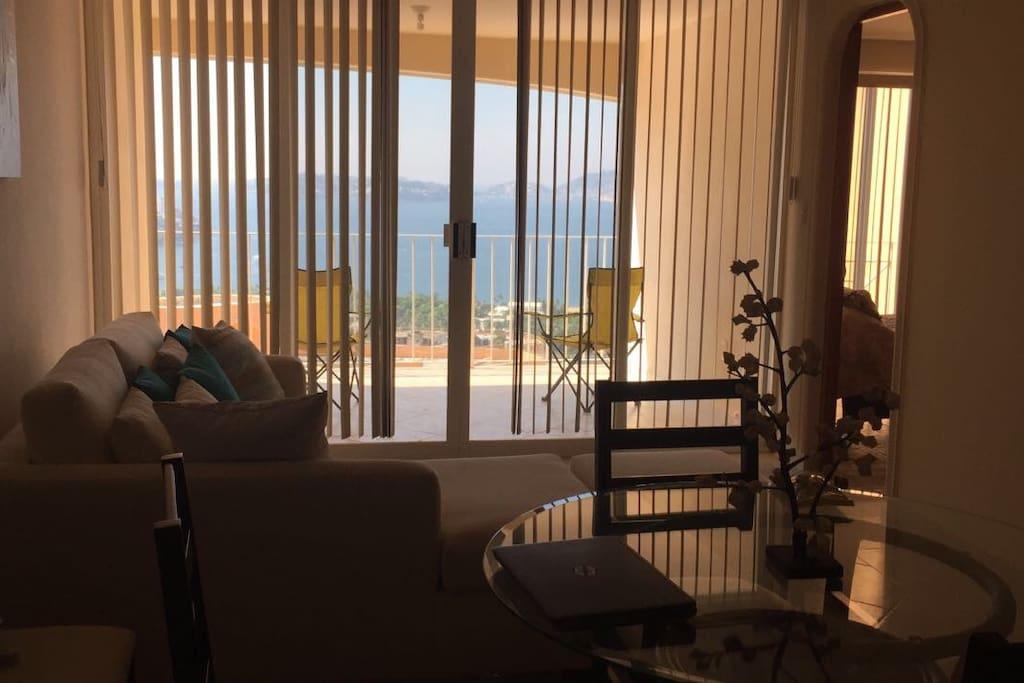 El Comedor, la sala y el balcón tienen una increíble vista a la bahía de Acapaulco. Además  tenemos una par de sillas reclinables para poner en el balcón y disfrutar del atardecer.