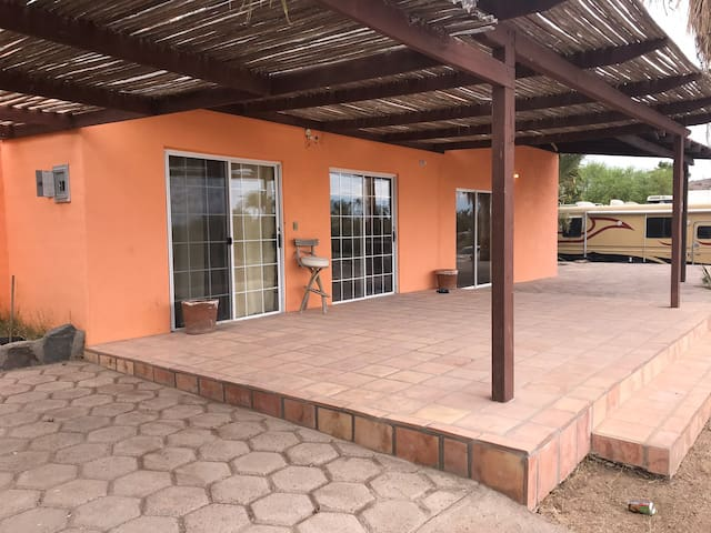 Casa de Dos Pisos con Terraza y Estacionamiento