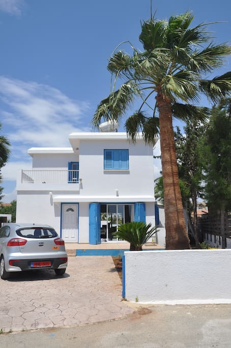 Front villa with private parking space