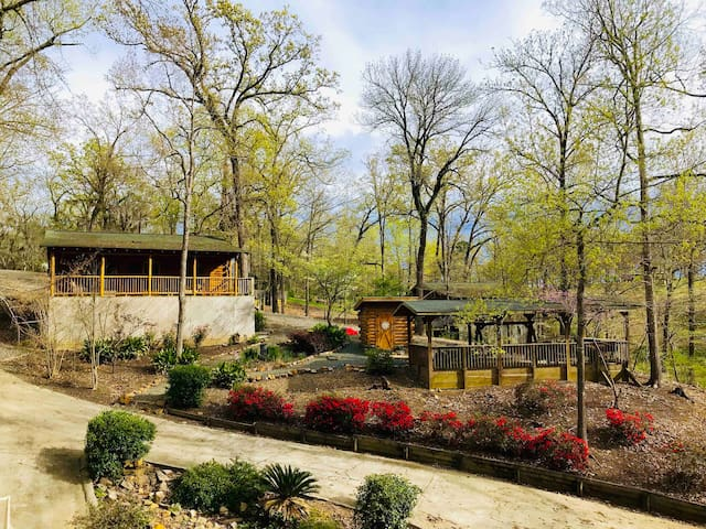 **Charming and Cozy Cabin with Boat Ramp**