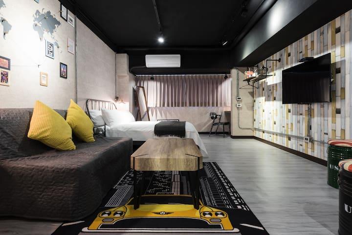 都市工業棧 近市中心MRT地鐵3分鐘 大雙人電梯房 全新裝潢2張舒適床 1~4人免收清潔費