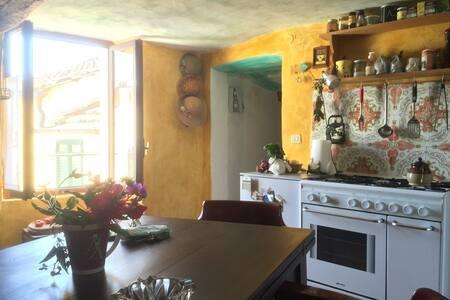 Casa ligure a 6 km dal mare tra gli ulivi - Roncagli