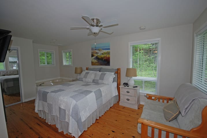 Lakeside Studio Cottage at Ogopogo Resort Weekly Rate