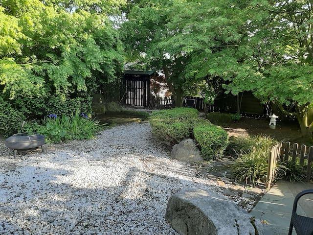 Bunschoten-Spakenburg Huis met grote Japanse tuin