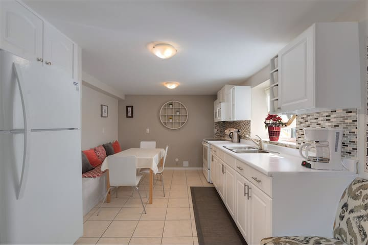 ☆ Cosy 3bdr suite with AC, HOT TUB & VALUE!#