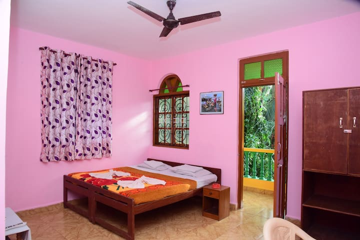 stay near most happening place in Goa