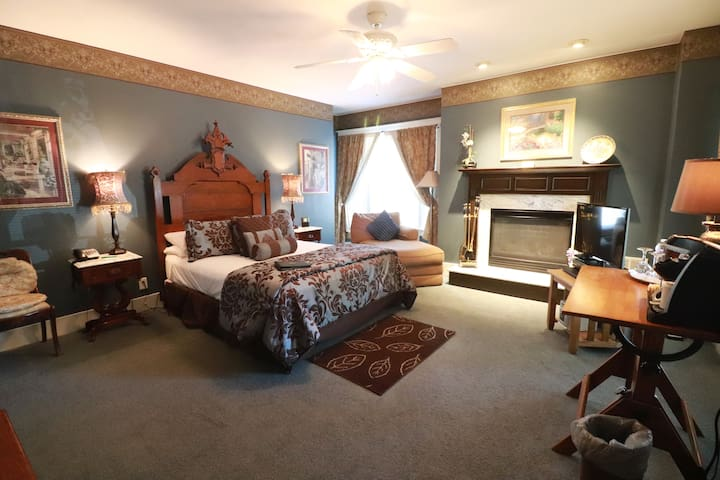 Wisteria Suite at The Inn @ 835 Boutique Hotel