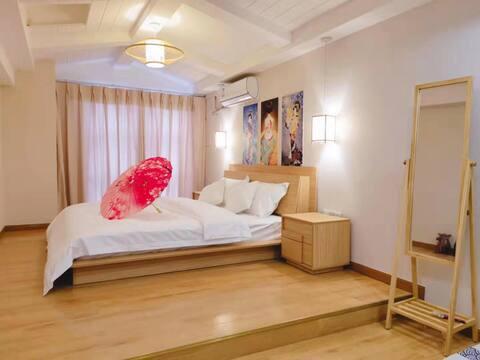 (爱媛.名宿)房间日式风格,提供5套和服2套汉服及其头饰免费拍照。自助入住