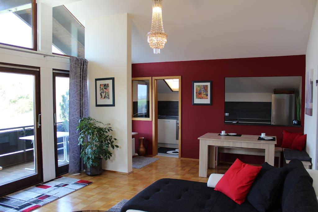 Großzügiger Wohnbereich mit abgetrennter Küche