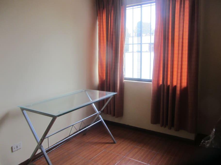 Amplio dormitorio, amoblado con Escritorio
