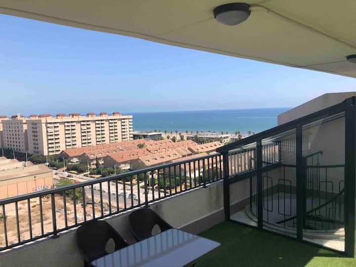 Ático con ampla terraza y vistas al mar.